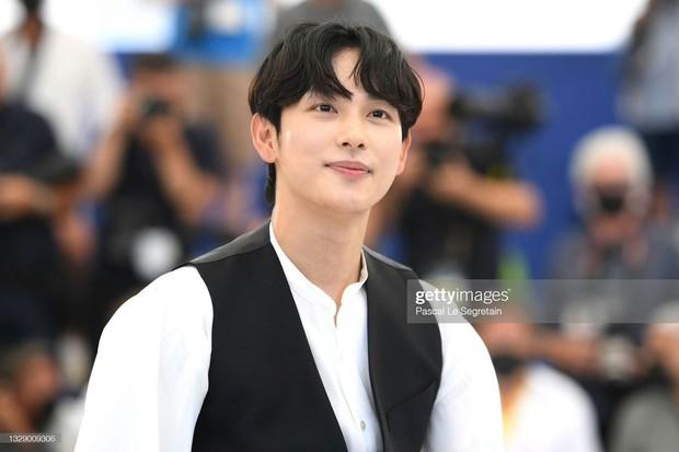 Nam thần Hàn đổ bộ thảm đỏ Cannes 2021: Im Si Wan đẹp như truyện tranh, Lee Byung Hun phong độ ngút ngàn tuổi 51 - Ảnh 3.