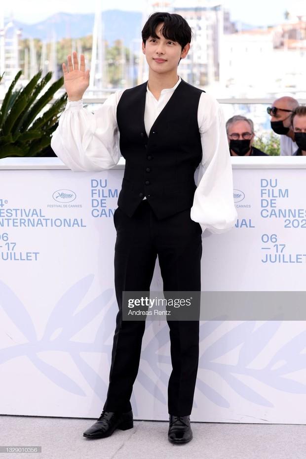 Nam thần Hàn đổ bộ thảm đỏ Cannes 2021: Im Si Wan đẹp như truyện tranh, Lee Byung Hun phong độ ngút ngàn tuổi 51 - Ảnh 5.