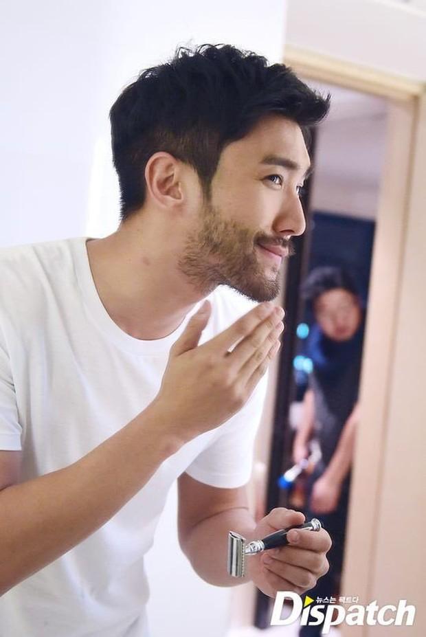 Siwon (Super Junior) bất ngờ nuôi râu xồm xoàm: Fan sốc visual hàng loạt, tưởng ông chú... mới ở rừng ra - Ảnh 6.