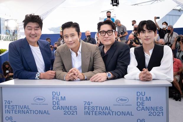 Nam thần Hàn đổ bộ thảm đỏ Cannes 2021: Im Si Wan đẹp như truyện tranh, Lee Byung Hun phong độ ngút ngàn tuổi 51 - Ảnh 2.
