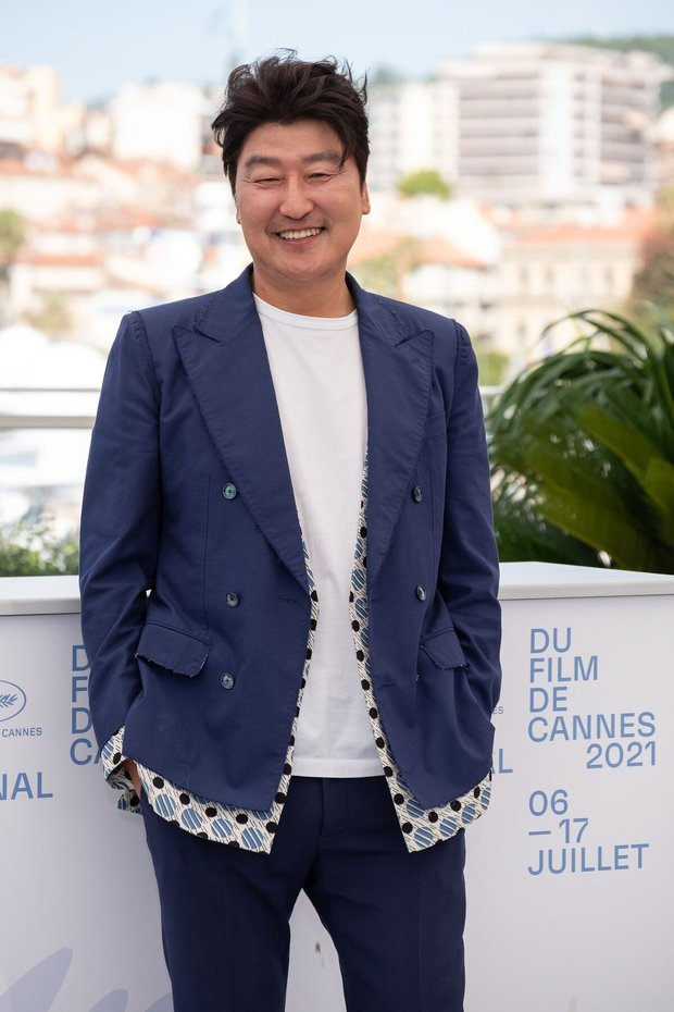 Nam thần Hàn đổ bộ thảm đỏ Cannes 2021: Im Si Wan đẹp như truyện tranh, Lee Byung Hun phong độ ngút ngàn tuổi 51 - Ảnh 9.