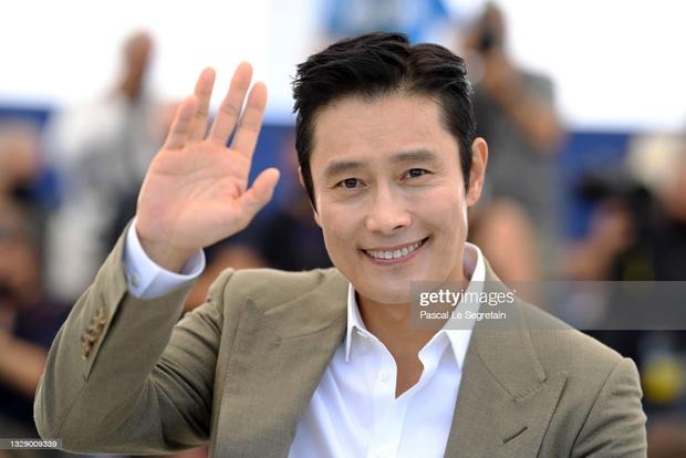 Nam thần Hàn đổ bộ thảm đỏ Cannes 2021: Im Si Wan đẹp như truyện tranh, Lee Byung Hun phong độ ngút ngàn tuổi 51 - Ảnh 6.