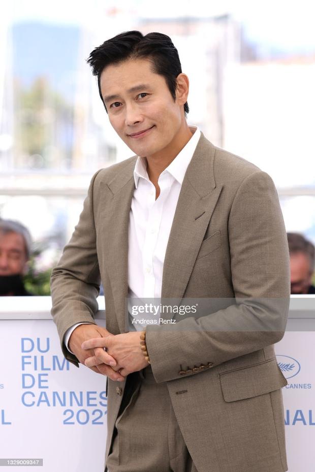 Nam thần Hàn đổ bộ thảm đỏ Cannes 2021: Im Si Wan đẹp như truyện tranh, Lee Byung Hun phong độ ngút ngàn tuổi 51 - Ảnh 8.