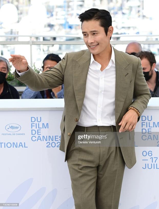 Nam thần Hàn đổ bộ thảm đỏ Cannes 2021: Im Si Wan đẹp như truyện tranh, Lee Byung Hun phong độ ngút ngàn tuổi 51 - Ảnh 7.