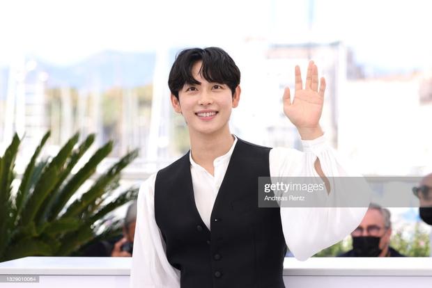 Nam thần Hàn đổ bộ thảm đỏ Cannes 2021: Im Si Wan đẹp như truyện tranh, Lee Byung Hun phong độ ngút ngàn tuổi 51 - Ảnh 4.