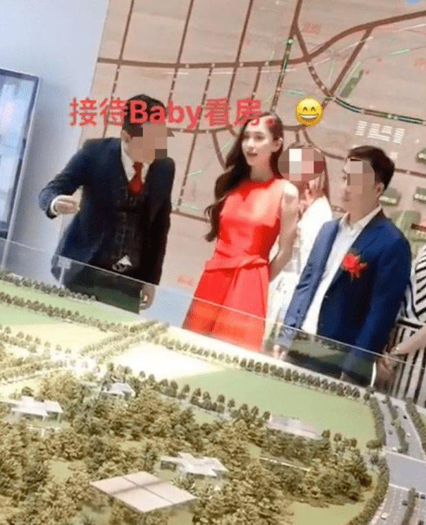 Mối quan hệ đáng báo động: Angela Baby 1 mình đi mua nhà mới, Huỳnh Hiểu Minh đăng ảnh về quê thiếu vắng vợ con - Ảnh 2.