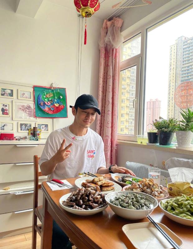 Mối quan hệ đáng báo động: Angela Baby 1 mình đi mua nhà mới, Huỳnh Hiểu Minh đăng ảnh về quê thiếu vắng vợ con - Ảnh 4.