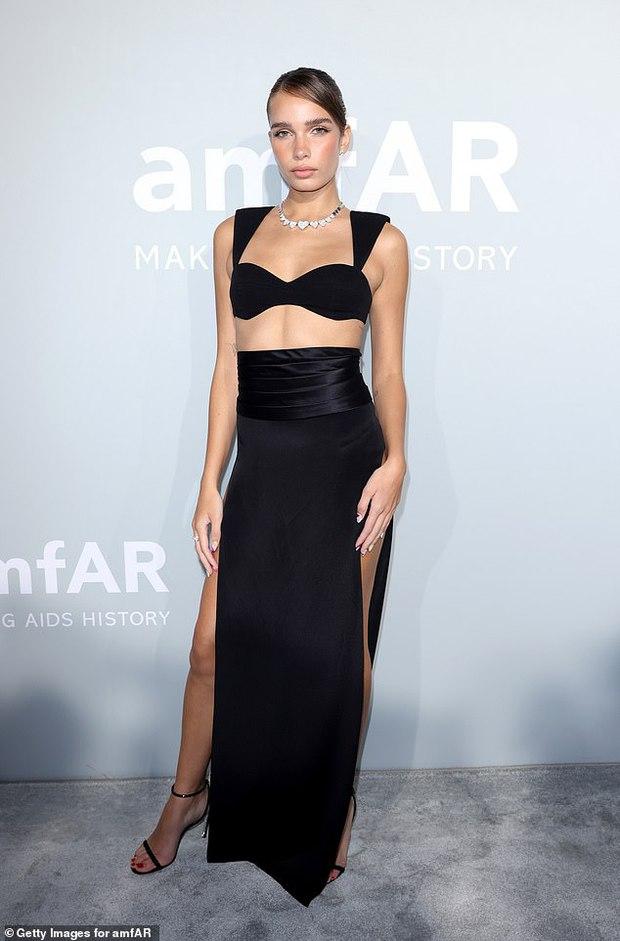 """Gala tiệc hot nhất LHP Cannes: Tình cũ Brooklyn và thiên thần Victoria's Secret bị minh tinh U65 """"chặt"""" đẹp, Bella Thorne đã loè loẹt còn hở ngộp thở - Ảnh 2."""