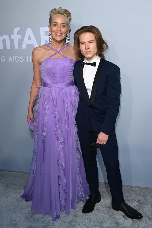 """Gala tiệc hot nhất LHP Cannes: Tình cũ Brooklyn và thiên thần Victoria's Secret bị minh tinh U65 """"chặt"""" đẹp, Bella Thorne đã loè loẹt còn hở ngộp thở - Ảnh 6."""
