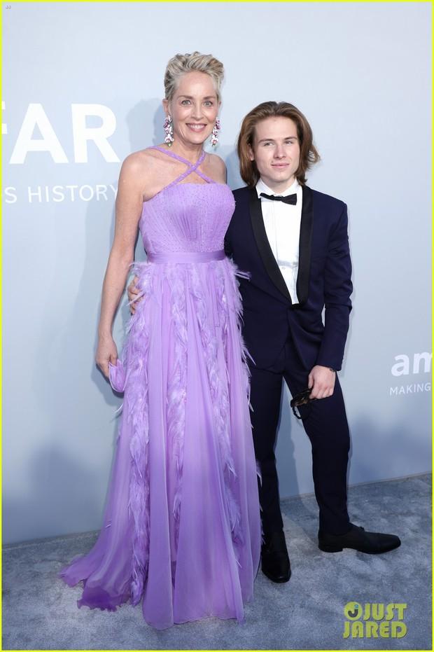 """Gala tiệc hot nhất LHP Cannes: Tình cũ Brooklyn và thiên thần Victoria's Secret bị minh tinh U65 """"chặt"""" đẹp, Bella Thorne đã loè loẹt còn hở ngộp thở - Ảnh 7."""