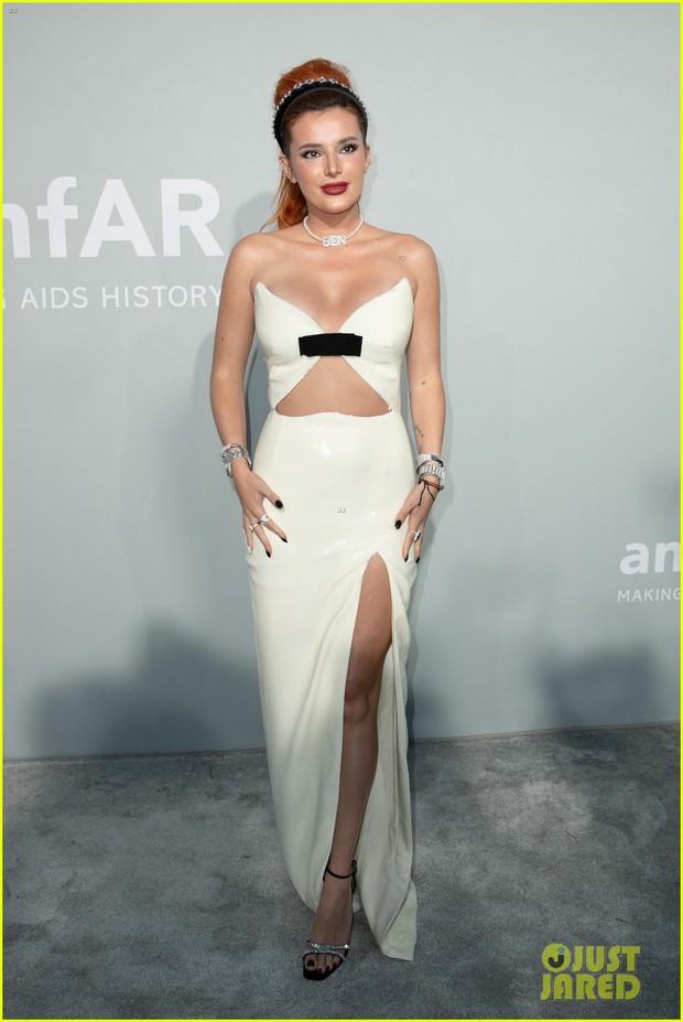 """Gala tiệc hot nhất LHP Cannes: Tình cũ Brooklyn và thiên thần Victoria's Secret bị minh tinh U65 """"chặt"""" đẹp, Bella Thorne đã loè loẹt còn hở ngộp thở - Ảnh 9."""