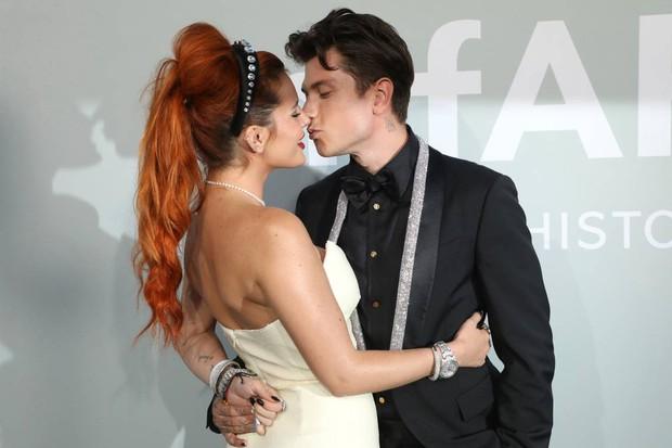 """Gala tiệc hot nhất LHP Cannes: Tình cũ Brooklyn và thiên thần Victoria's Secret bị minh tinh U65 """"chặt"""" đẹp, Bella Thorne đã loè loẹt còn hở ngộp thở - Ảnh 10."""