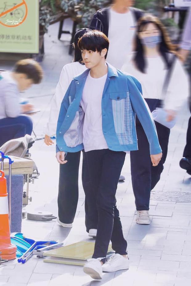Hứa Khải lần đầu để tóc nấm như trai Hàn trên phim, trẻ đẹp thơm bơ nhưng fan sợ anh thành con Dương Mịch mất! - Ảnh 1.