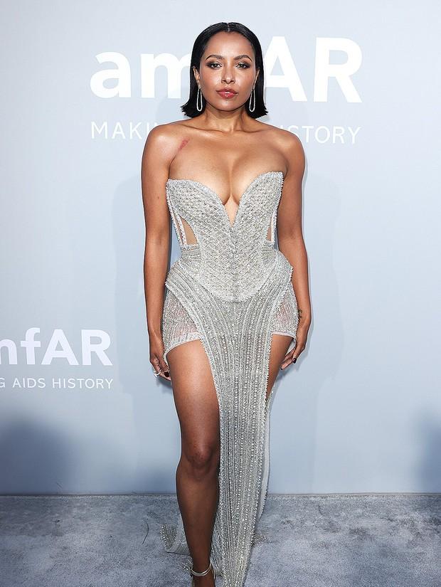 """Gala tiệc hot nhất LHP Cannes: Tình cũ Brooklyn và thiên thần Victoria's Secret bị minh tinh U65 """"chặt"""" đẹp, Bella Thorne đã loè loẹt còn hở ngộp thở - Ảnh 16."""