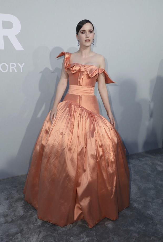 """Gala tiệc hot nhất LHP Cannes: Tình cũ Brooklyn và thiên thần Victoria's Secret bị minh tinh U65 """"chặt"""" đẹp, Bella Thorne đã loè loẹt còn hở ngộp thở - Ảnh 18."""