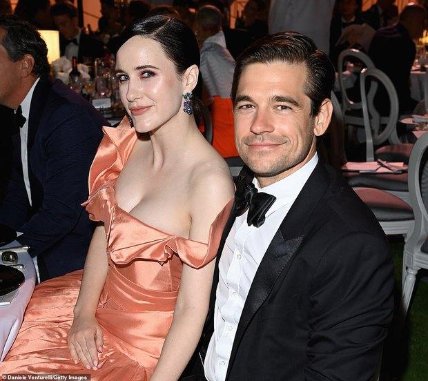 """Gala tiệc hot nhất LHP Cannes: Tình cũ Brooklyn và thiên thần Victoria's Secret bị minh tinh U65 """"chặt"""" đẹp, Bella Thorne đã loè loẹt còn hở ngộp thở - Ảnh 30."""