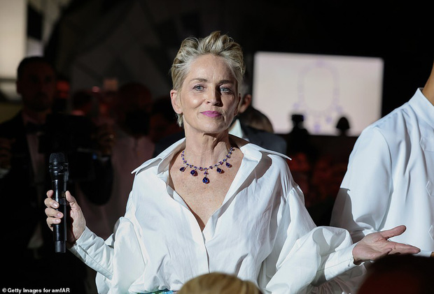 """Gala tiệc hot nhất LHP Cannes: Tình cũ Brooklyn và thiên thần Victoria's Secret bị minh tinh U65 """"chặt"""" đẹp, Bella Thorne đã loè loẹt còn hở ngộp thở - Ảnh 32."""