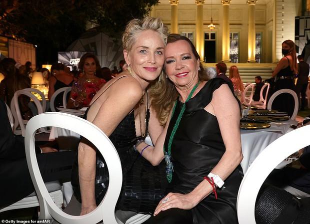 """Gala tiệc hot nhất LHP Cannes: Tình cũ Brooklyn và thiên thần Victoria's Secret bị minh tinh U65 """"chặt"""" đẹp, Bella Thorne đã loè loẹt còn hở ngộp thở - Ảnh 35."""
