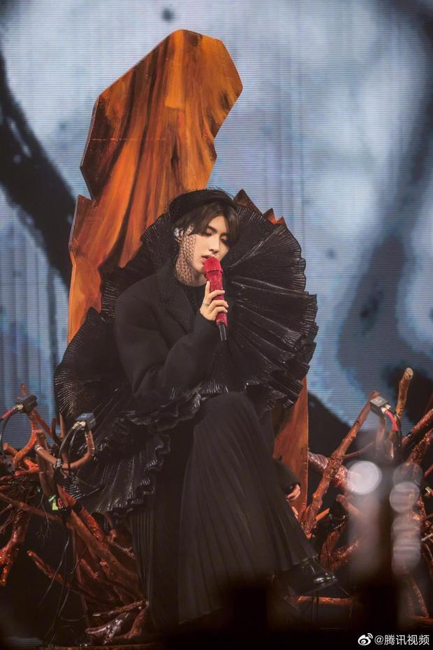 Tình tin đồn của Lisa gây sốt khi hôn gái lạ cực sexy trên sân khấu concert, fan ngậm đắng nuốt cay không nói nên lời! - Ảnh 8.