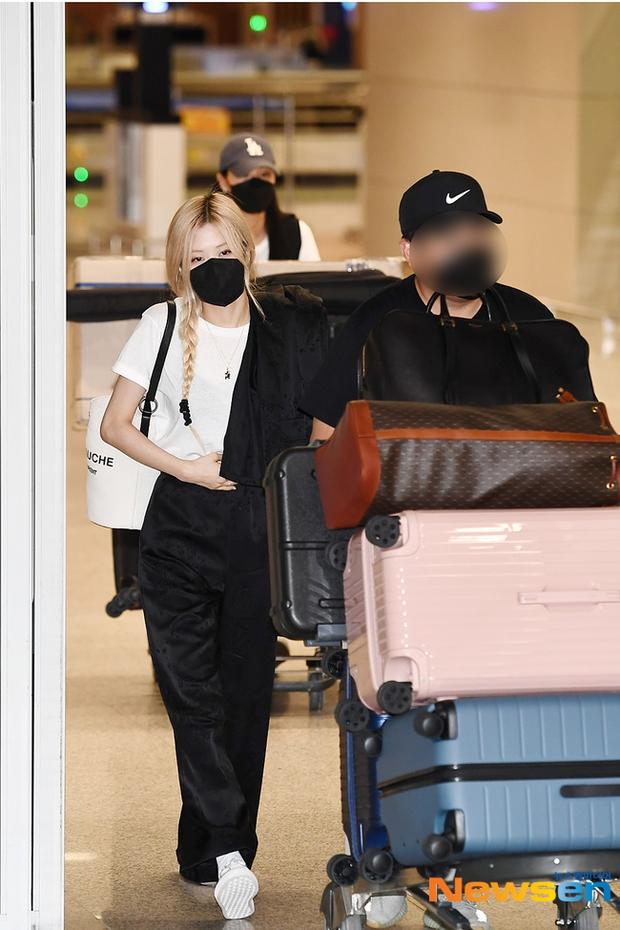 Rosé (BLACKPINK) đã có mặt tại sân bay Hàn sau 3 tuần ở Mỹ: Mặc trắng đen không mà xinh quá, khoe chân dài và vòng eo nhỏ xíu - Ảnh 3.