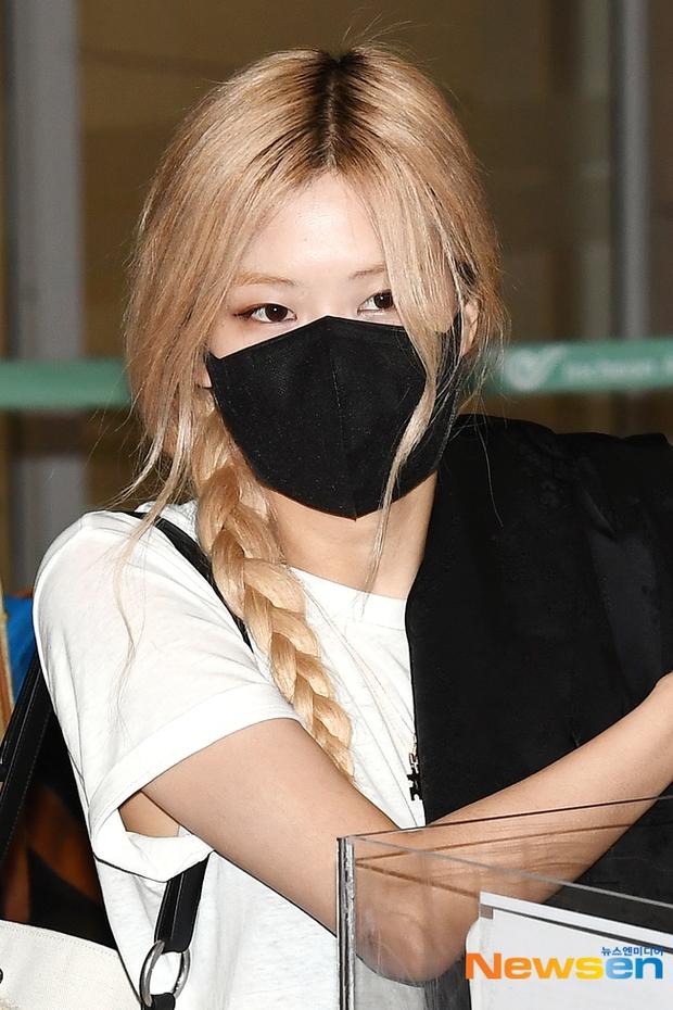 Rosé (BLACKPINK) đã có mặt tại sân bay Hàn sau 3 tuần ở Mỹ: Mặc trắng đen không mà xinh quá, khoe chân dài và vòng eo nhỏ xíu - Ảnh 5.