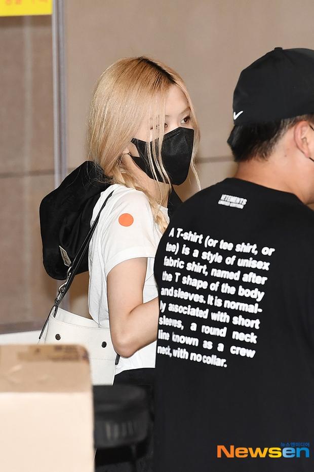 Rosé (BLACKPINK) đã có mặt tại sân bay Hàn sau 3 tuần ở Mỹ: Mặc trắng đen không mà xinh quá, khoe chân dài và vòng eo nhỏ xíu - Ảnh 7.