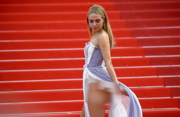 Định nghĩa về áo váy loã lồ ở LHP Cannes 2021: Dây dợ như... buộc chân giò chưa đủ, phải tung ngực lên mới chịu! - Ảnh 4.