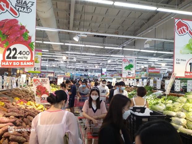 Ngay lúc này ở Hà Nội: Siêu thị đông kín khách đến tối muộn, thịt cá và rau xanh cháy hàng sau công điện của thành phố - Ảnh 4.
