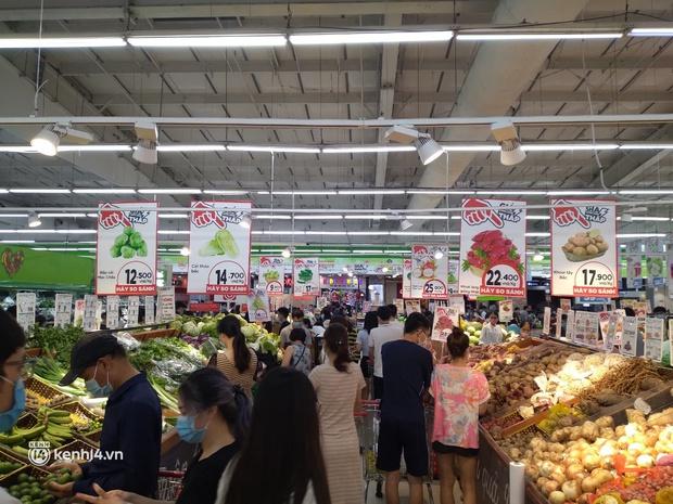 Ngay lúc này ở Hà Nội: Siêu thị đông kín khách đến tối muộn, thịt cá và rau xanh cháy hàng sau công điện của thành phố - Ảnh 5.