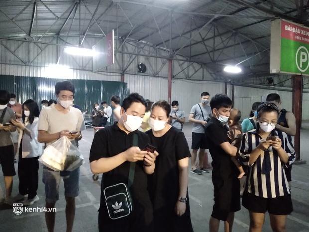 Ngay lúc này ở Hà Nội: Siêu thị đông kín khách đến tối muộn, thịt cá và rau xanh cháy hàng sau công điện của thành phố - Ảnh 3.