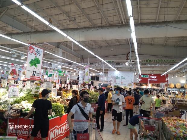 Ngay lúc này ở Hà Nội: Siêu thị đông kín khách đến tối muộn, thịt cá và rau xanh cháy hàng sau công điện của thành phố - Ảnh 6.