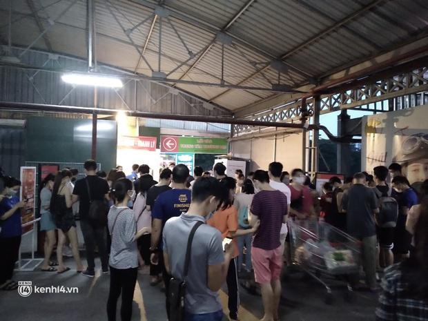 Ngay lúc này ở Hà Nội: Siêu thị đông kín khách đến tối muộn, thịt cá và rau xanh cháy hàng sau công điện của thành phố - Ảnh 1.