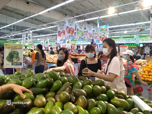 Ngay lúc này ở Hà Nội: Siêu thị đông kín khách đến tối muộn, thịt cá và rau xanh cháy hàng sau công điện của thành phố - Ảnh 8.