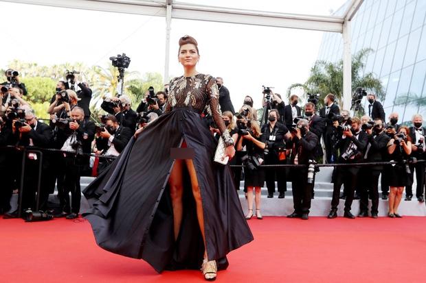 Định nghĩa về áo váy loã lồ ở LHP Cannes 2021: Dây dợ như... buộc chân giò chưa đủ, phải tung ngực lên mới chịu! - Ảnh 6.