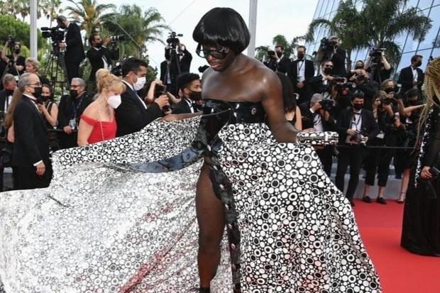 Định nghĩa về áo váy loã lồ ở LHP Cannes 2021: Dây dợ như... buộc chân giò chưa đủ, phải tung ngực lên mới chịu! - Ảnh 5.