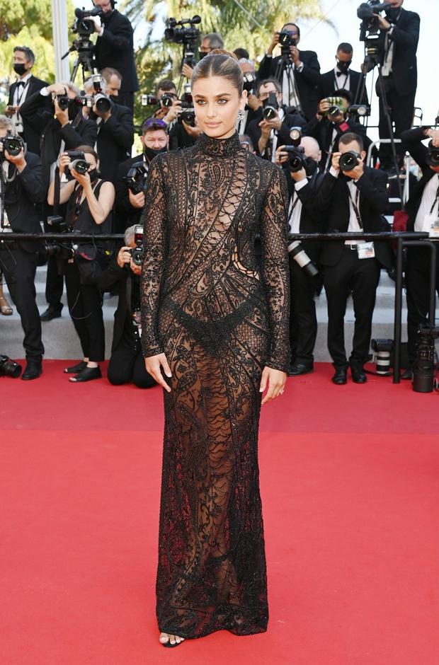 Định nghĩa về áo váy loã lồ ở LHP Cannes 2021: Dây dợ như... buộc chân giò chưa đủ, phải tung ngực lên mới chịu! - Ảnh 8.