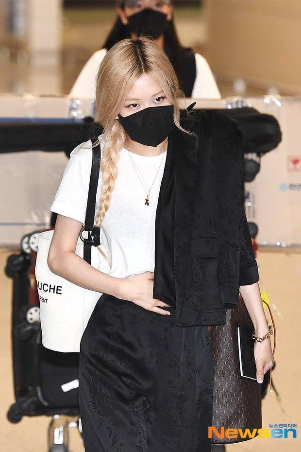 Rosé (BLACKPINK) đã có mặt tại sân bay Hàn sau 3 tuần ở Mỹ: Mặc trắng đen không mà xinh quá, khoe chân dài và vòng eo nhỏ xíu - Ảnh 4.