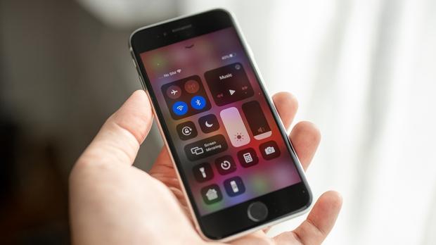 Dù dịch bệnh, người Việt vẫn chi bạo mua iPhone - Ảnh 1.