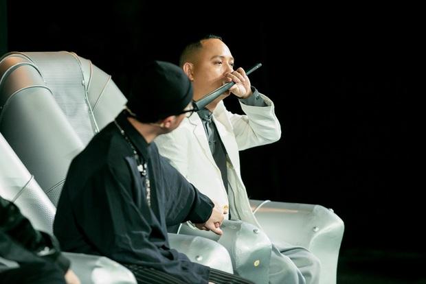 UNI5 khiến dàn giám khảo rơi nước mắt khi hát về cha và tiết lộ: Hết 3 thành viên đã không còn cha rồi! - Ảnh 5.