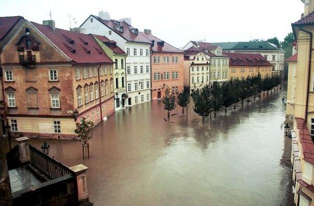 Những trận lũ kinh hoàng trong thế kỷ 21 từng xảy ra với châu Âu hoa lệ: Hàng thập kỷ bị lũ lụt tàn phá tang thương tại lục địa già - Ảnh 1.