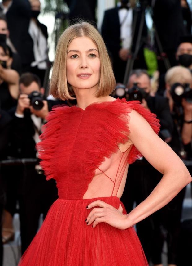 Thảm đỏ bế mac LHP Cannes: Mỹ nhân Captain Marvel mặc kín mà nổi nhất, dàn sao hở bạo không kiêng dè đọ sắc ác liệt  - Ảnh 9.
