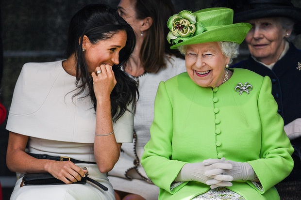 Phản ứng của Nữ hoàng Anh khi nhà Meghan Markle muốn về hoàng gia làm lễ rửa tội cho con gái - Ảnh 2.