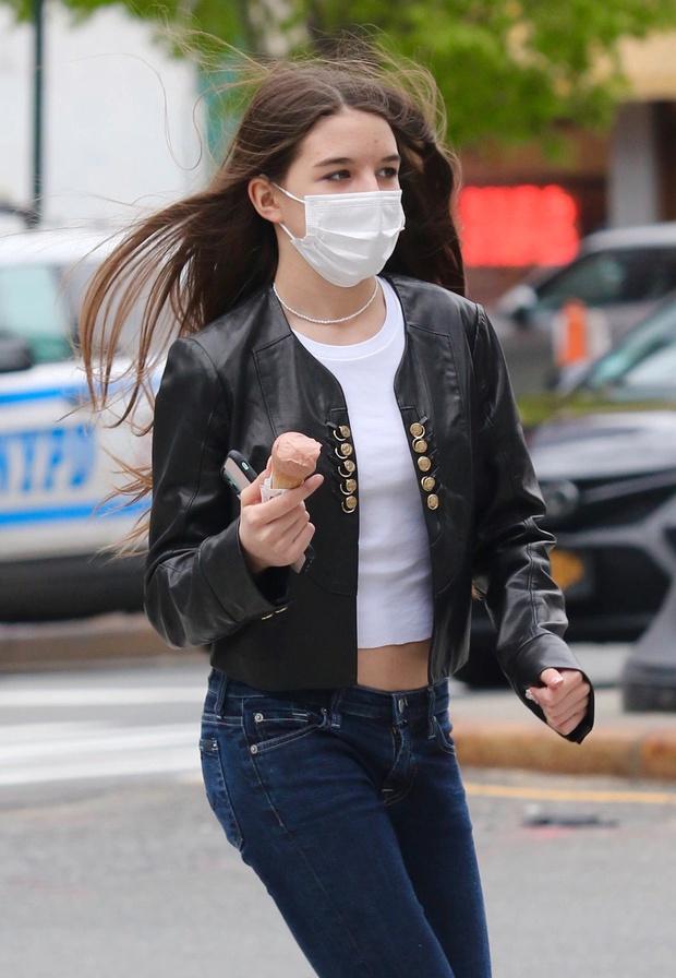 Suri Cruise đi dạo thôi mà cũng hot rần rần: Bé con nay đã thành thiếu nữ 15 tuổi với đường cong nuột nà, visual xinh phát mê - Ảnh 8.