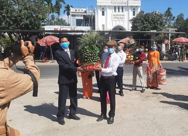 Cô dâu Quảng Nam, chú rể Đà Nẵng trao sính lễ tại chốt kiểm dịch - Ảnh 1.