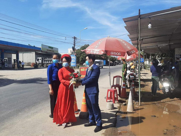 Cô dâu Quảng Nam, chú rể Đà Nẵng trao sính lễ tại chốt kiểm dịch - Ảnh 2.