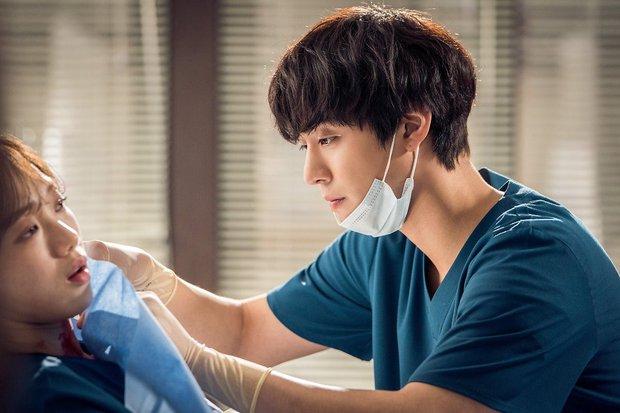 4 soái ca ngành y gây sốt phim Hàn: Vừa đẹp người lại tốt nết thì không ai qua được Đức Phật Hospital Playlist - Ảnh 6.