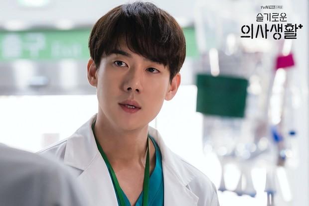 4 soái ca ngành y gây sốt phim Hàn: Vừa đẹp người lại tốt nết thì không ai qua được Đức Phật Hospital Playlist - Ảnh 8.