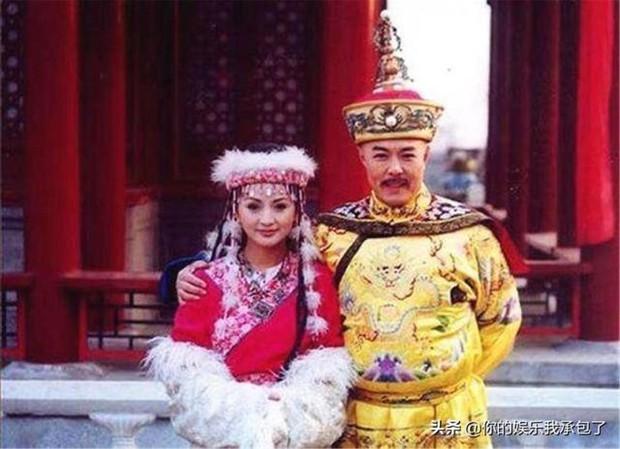 Cảnh cưỡng bức ở Hoàn Châu Cách Cách được tái hiện phản cảm đỉnh điểm, sao nữ bị đè giữa sân khấu khiến ai nấy câm nín - Ảnh 1.