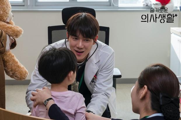 4 soái ca ngành y gây sốt phim Hàn: Vừa đẹp người lại tốt nết thì không ai qua được Đức Phật Hospital Playlist - Ảnh 9.