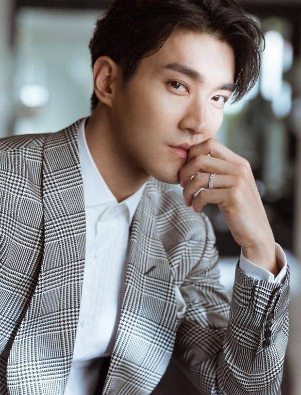 Siwon (Super Junior) bất ngờ nuôi râu xồm xoàm: Fan sốc visual hàng loạt, tưởng ông chú... mới ở rừng ra - Ảnh 3.